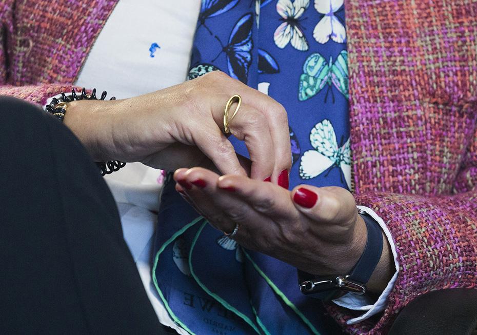 Ana Espinel acompaña la explicación con sus manos - Foto: Jesús Umbría