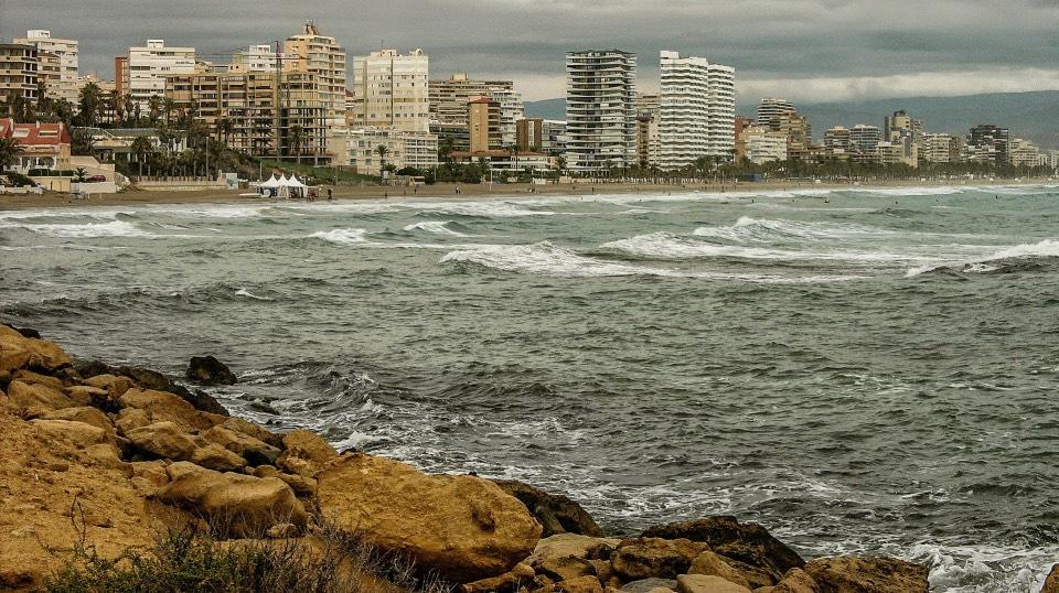 Playa de San Juan, en Alicante, un atractivo de ocio que a veces conlleva molestias a los vecinos
